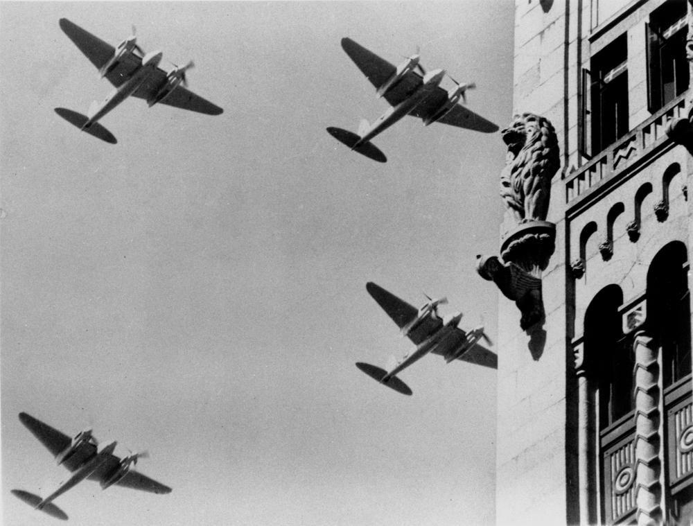 R.A.A.F. Mosquito bombers over Brisbane, ca. 1945